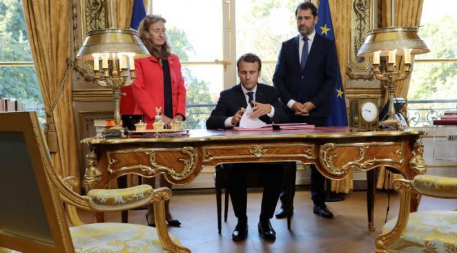 Si Emmanuel Macron a bien ratifié ce vendredi 22 septembre les ordonnances de la Loi Travail, l'histoire n'est ... https://t.co/oFBCH4J4Cu
