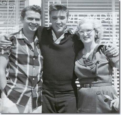 #Elvis back at @sunstudio in Memphis with Sam Phillips and Marion Keisker on this day, September 23rd back in 1956. #ElvisHistory #Elvis2017<br>http://pic.twitter.com/GXVVMEXcSK