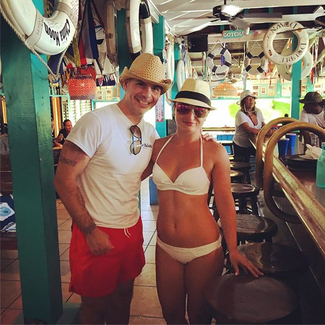 #Throwback @Pitbull with a fan in Staniel Cay, Bahamas last Summer (August 23, 2016) #MrWorldwide<br>http://pic.twitter.com/Cd8mYwFFxL