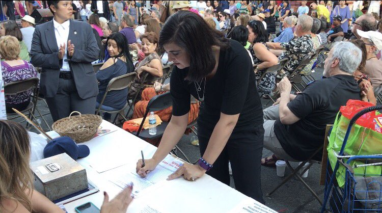 Signing Sons of Italy&#39;s petition at #SanGennaro Feast to save #NYC Columbus statue &amp; parade from Bill de Blasio and Melissa Mark Viverito! <br>http://pic.twitter.com/fsNHa4h5Bh