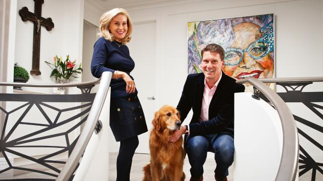 Cory Bernardi, the anti-cross dressing person with a picture of Dame Edna hanging in his house... #insiders https://t.co/cQDaPvBcU5