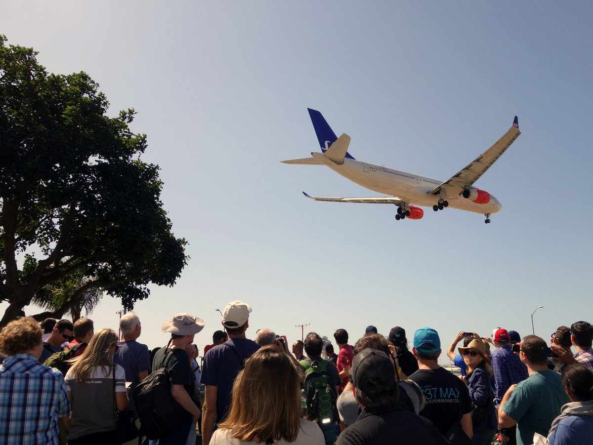 #AvGeeks Gather at #Planespotting Mecca In-N-Out Burger by #LAX for Annual #Dorkfest ahead of #APEXEXPO:  https:// apex.aero/2017/09/23/avg eeks-planespotting-innout-lax-dorkfest &nbsp; … <br>http://pic.twitter.com/s4BcmIeLds