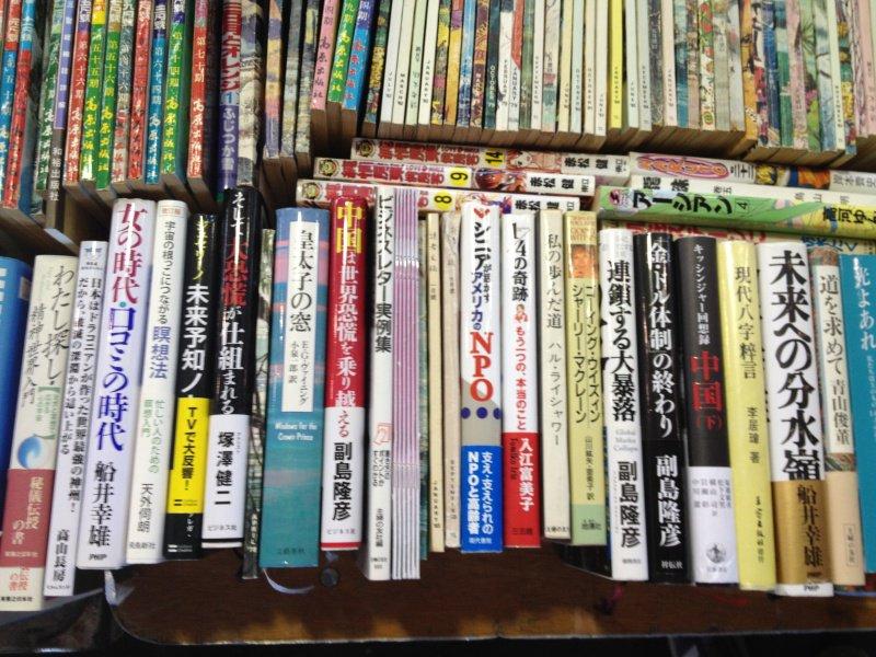 日本語の本もありました。…日本からの出向派遣者が置いてゆく本は「1年でゴミになるビジネス本」「英会話入門の類」「歴史小説」「漫画」「宗教がらみ」と相場が決まっています(・ω・)