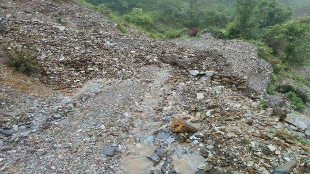 #Bageshwer भूस्खलन,मलबा आने से जिले की 5 सड़कें बंद सड़कों को यातायात के लिए खोलने का काम जारी @tsrawatbjp https://t.co/NOBDawJZBV