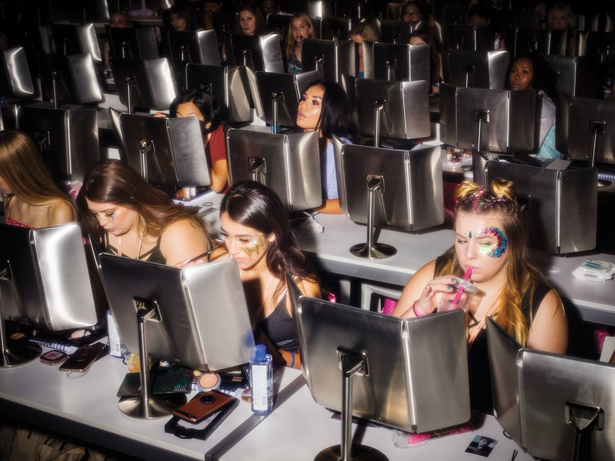 """#BeautyconLA is a surreal convergence of cosmetics, """"influencers,"""" and a new generation of customer:  http:// nyer.cm/Wn1azSE  &nbsp;  <br>http://pic.twitter.com/bjVGofr0lZ"""