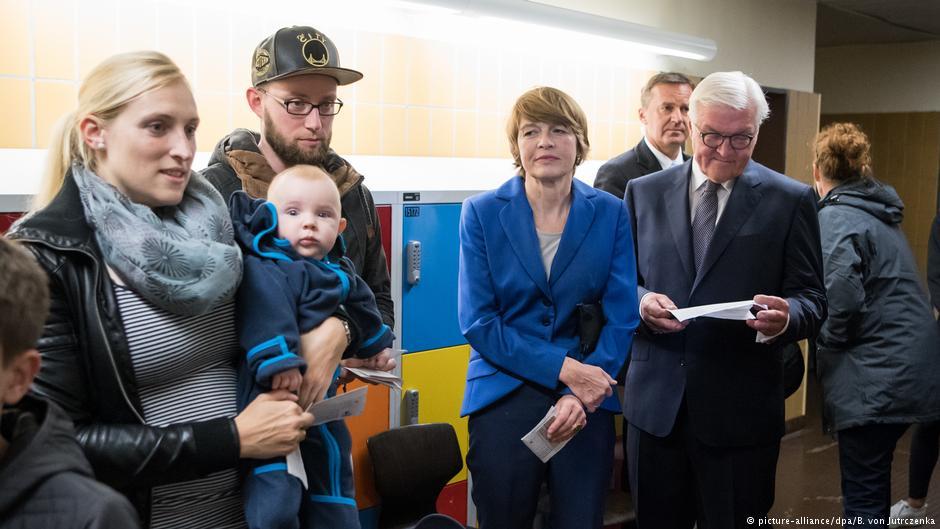 Ничего особенного, просто президент Германии (справа) стоит в очереди на избирательном участке. Фото дня из Берлина  #ГерманияВыбирает