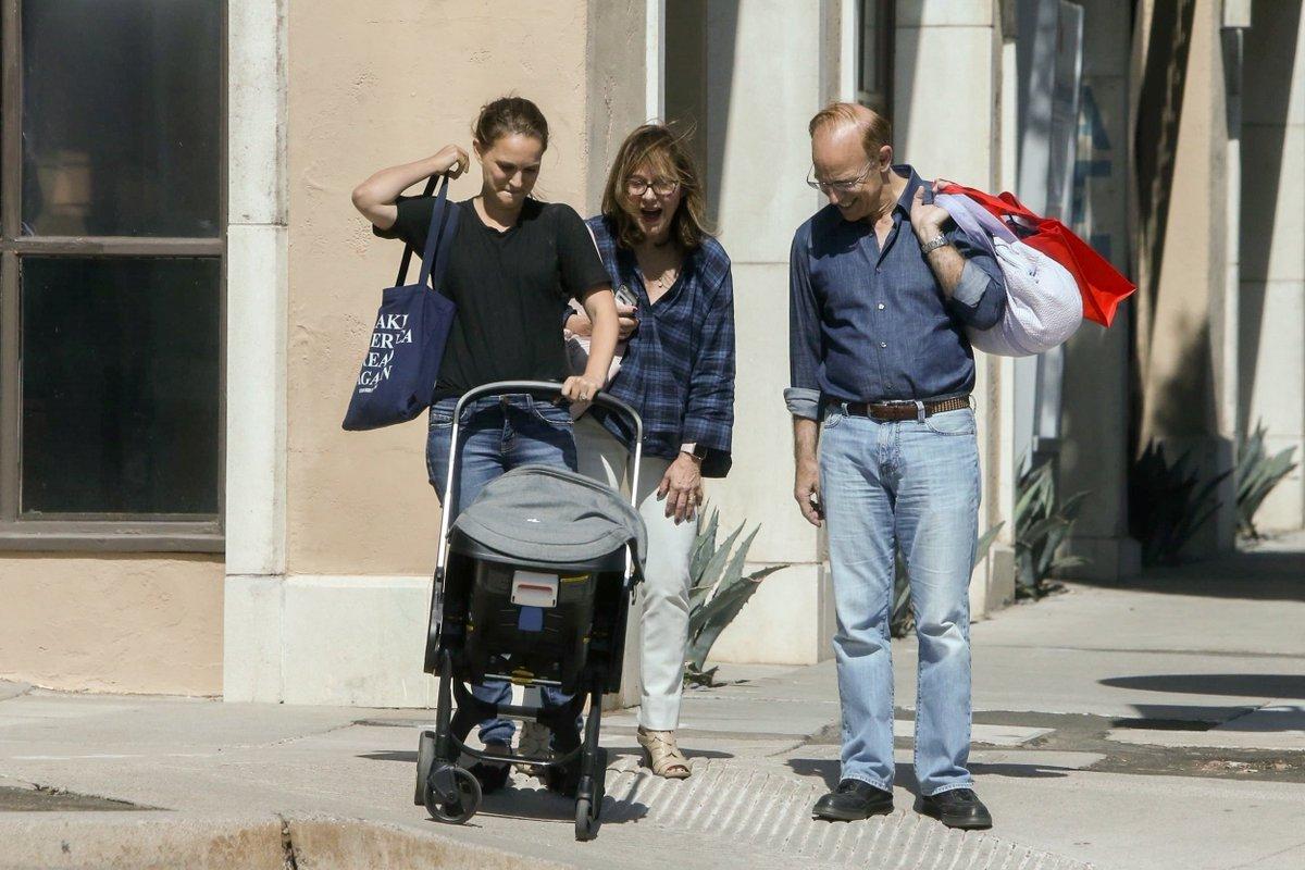 Natalie, Amalia e seus pais em Santa Monica, Califórnia na sexta-feira (22)! 💕