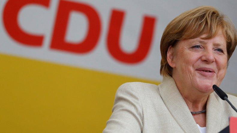Favorite du scrutin, Angela #Merkel a voté en compagnie de son époux à #Berlin https://t.co/SHEMhnd8JA