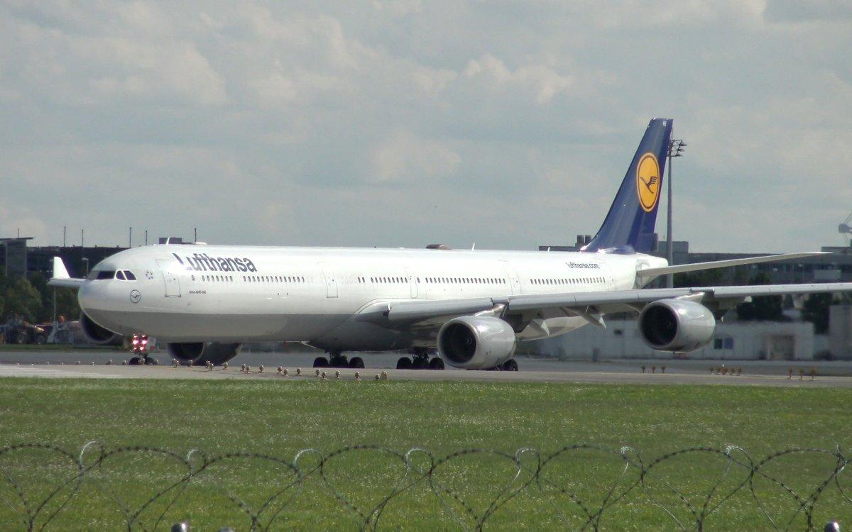 Lufthansa Airbus A340-600 at #munich Airport.  https:// youtu.be/5Ahqj7_RZH4?t= 11m20s &nbsp; …  #aviation #planespotting <br>http://pic.twitter.com/p0Hi9jHaVj