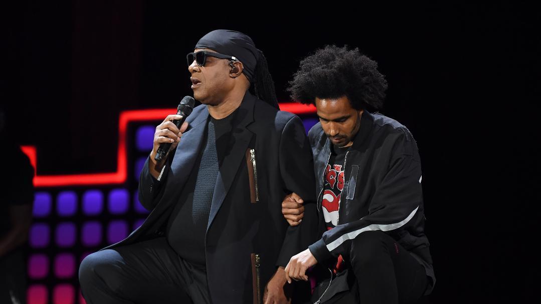 VIDÉO - Stevie Wonder s'agenouille lors d'un concert, en solidarité avec les sportifs insultés par Donald Trump https://t.co/1v2Pt9MWDJ
