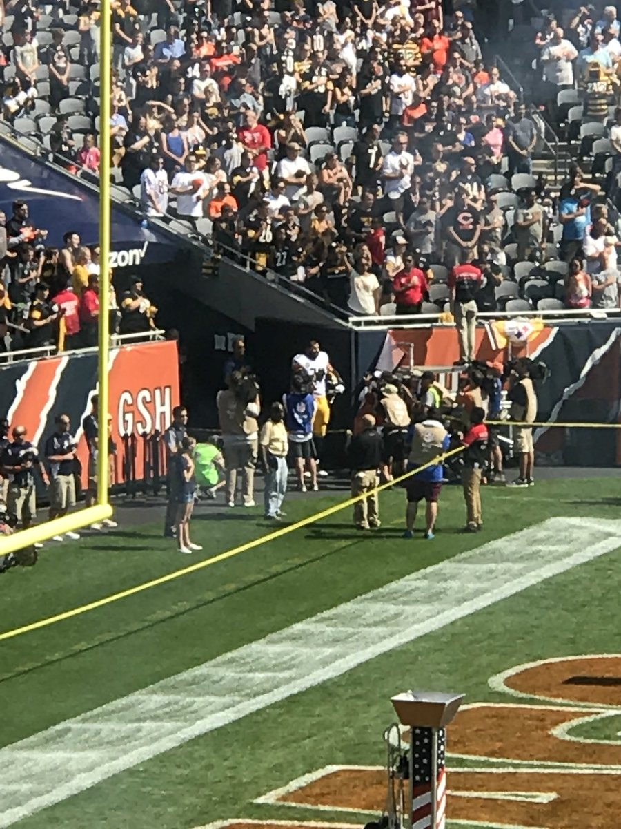 Alejandro Villanueva out in the corner of the end zone during the National Anthem. https://t.co/85lXYVnBGA