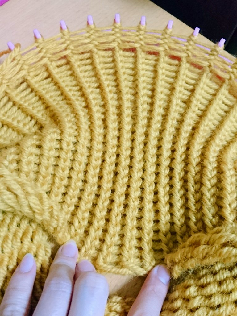 test ツイッターメディア - 30段編みました。 約18cm。 最初の毛糸は無くなりました(2本取りですので、2玉同時に使用)  ダイソーの洗えるウールは、26段目の途中で無くなりました。 諸事情で途中から裏返しで編んでます。 凄く大変だったから、裏返しは真似されませんようw  #ニット帽メーカー #セリア https://t.co/viT2ArbMHC