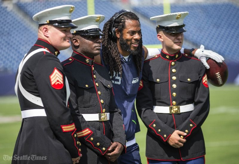 Richard Sherman poses with a group of U.S. Marines before #SEAvsTEN  (...