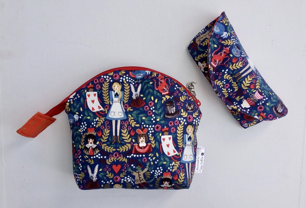 This Alice makeup bag and glasses case will be available in the Wonder of Worlds showcase with @Sparkleshow1 next Sunday #handmadehour <br>http://pic.twitter.com/o6c4nF83c3