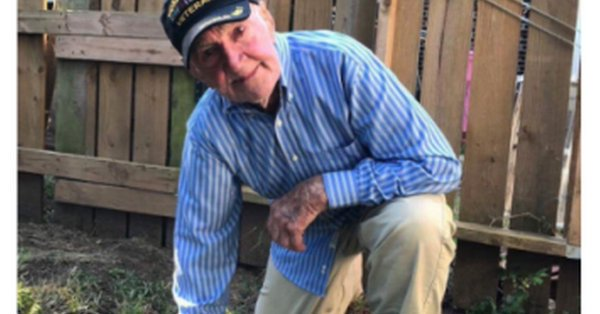 97 year old WWII #vet takes a knee to support #NFL players #VetsForKaepernick #VeteransForKaepernick #TakeAKnee  https://www. dailykos.com/story/2017/9/2 4/1701157/-97-year-old-WWII-vet-takes-a-knee-to-support-NFL-players &nbsp; … <br>http://pic.twitter.com/QRqTEarCBc