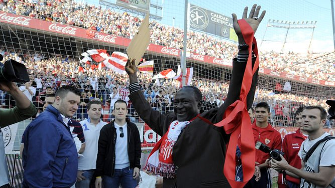 #Sevilla confirm club cult hero Alhaji Momodo Nije (Biri Biri) will be in attendance for their side&#39;s Andalucian derby v #Malaga next week.<br>http://pic.twitter.com/viOUlHKyWw