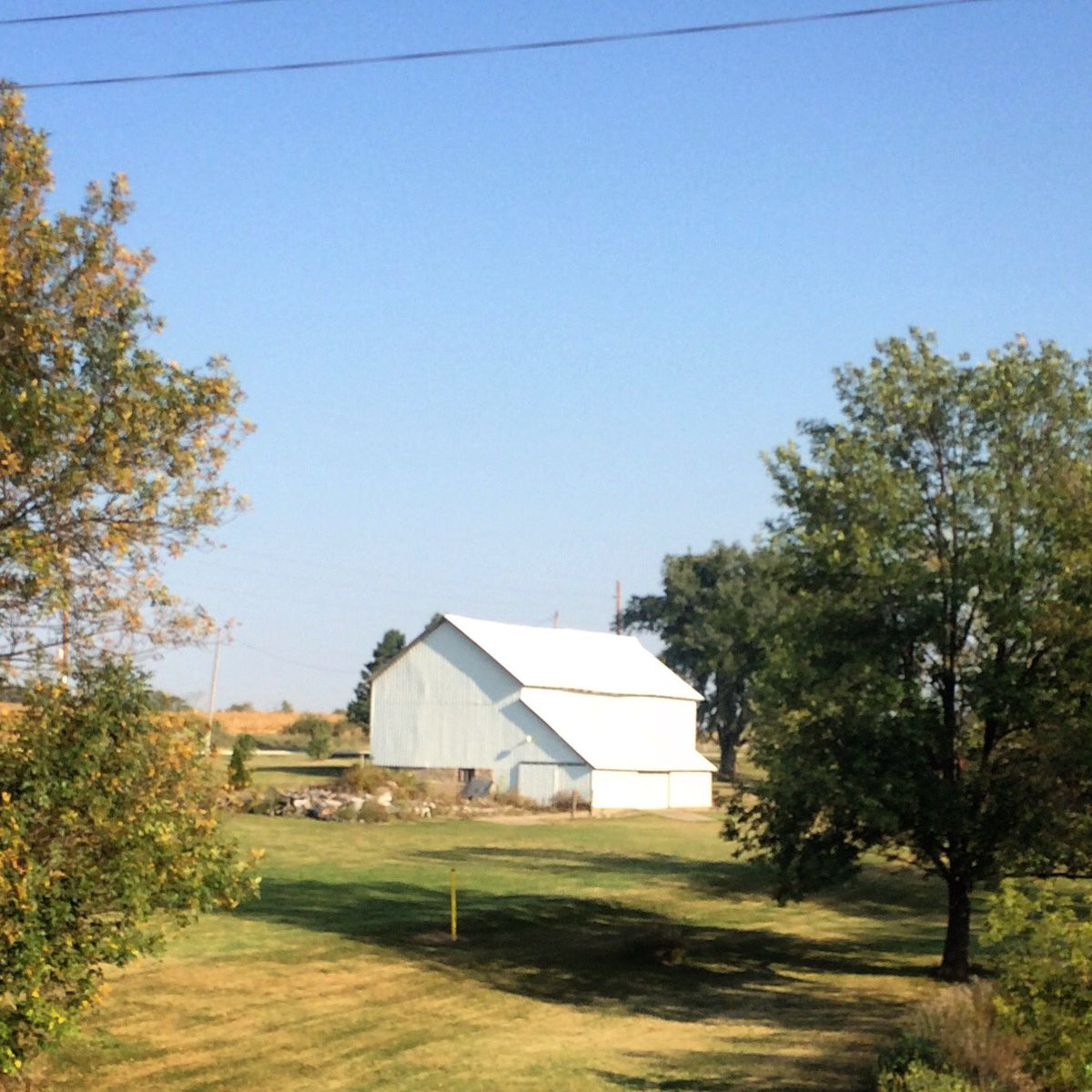 white barn tucked away at the turn heading into lafayette   #cycling this morning in eastern #iowa   #iphoneography <br>http://pic.twitter.com/IYCBXDtbz6