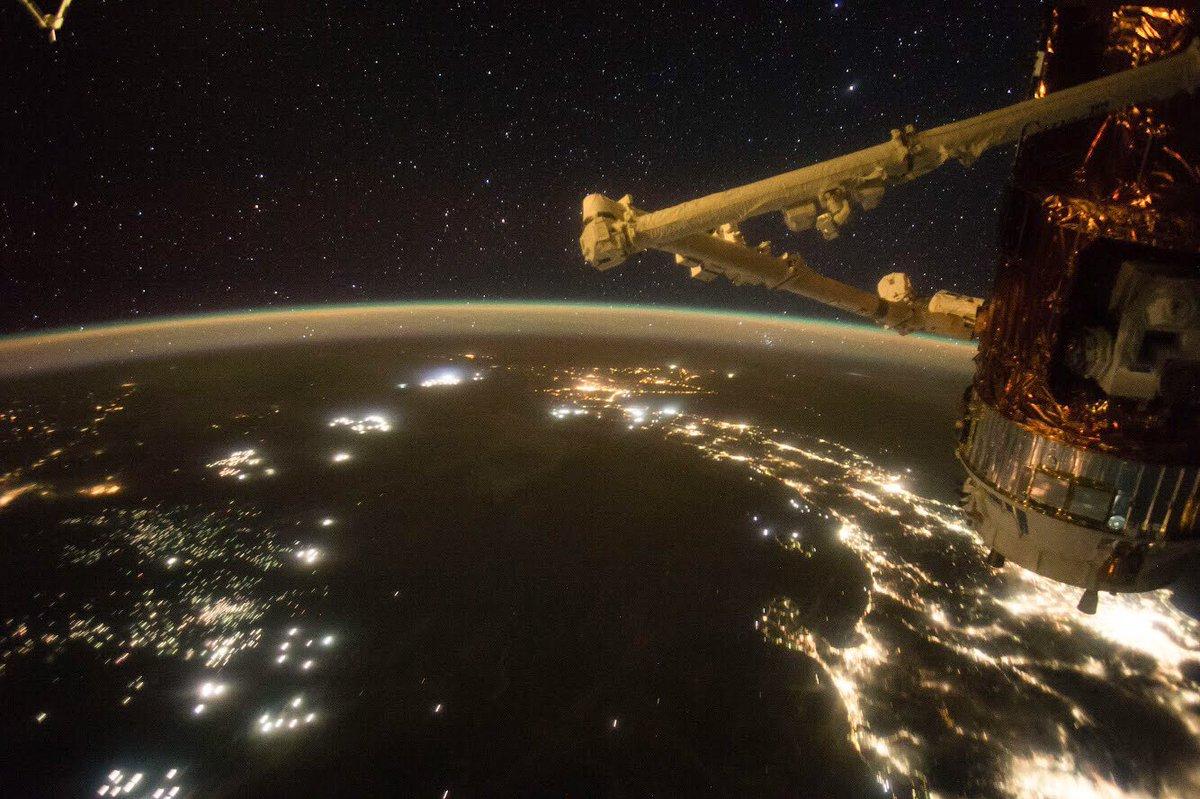 皆さんおはようございます! 9月の最終週が始まりましたね。 これは、2年前のちょうど今頃の時期に撮影した写真です。右側に輝く日本とその上空のふたご座。左側の日本海では、沢山の漁船が見えます。 中央付近の夜空には「やまねこ座」が見えます。探すのが難しい事で有名な星座ですね。
