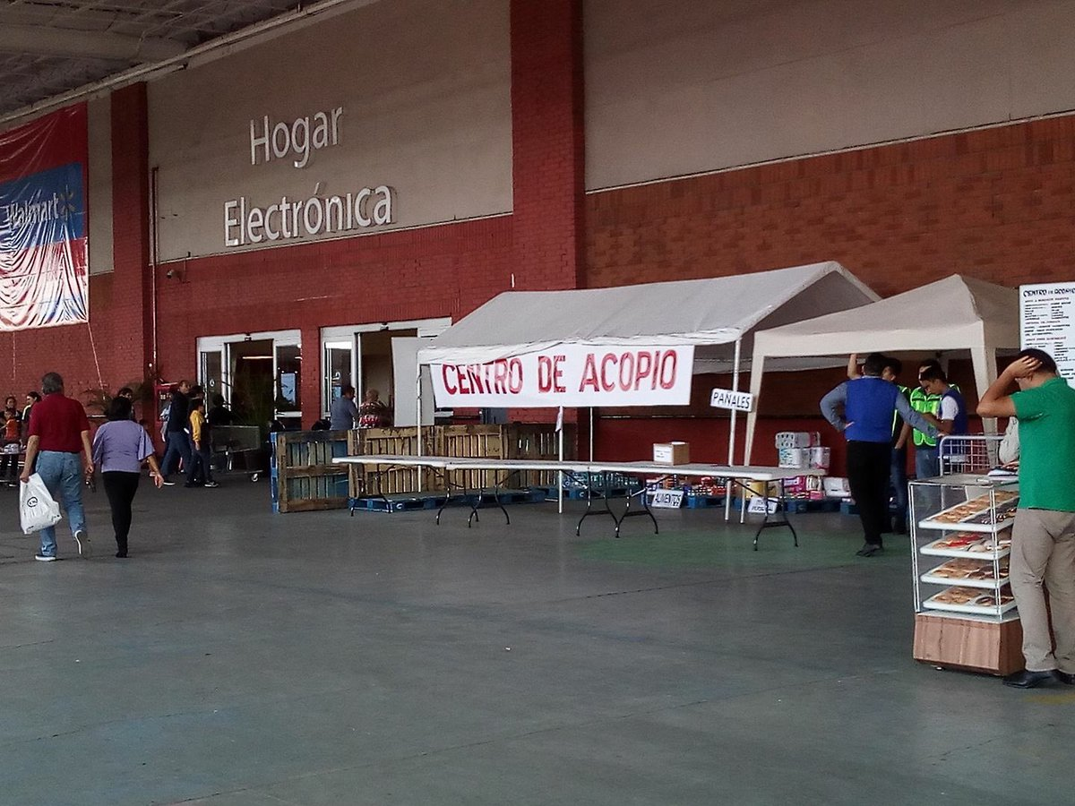 ¿¿¿Un #CentroDeAcopio fuera de una tienda de #Walmart??? ¡¡¡ NO SEAS MAMON!!! #plazaoriente #valenverga #laimagenlodicetodo