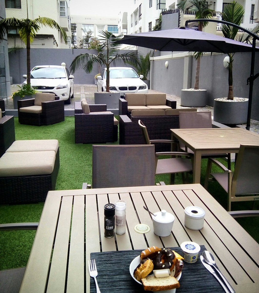 #Breakfast all fresco for one, perhaps...?!  #GlobalFoodChat #travel #food #CapeTown (pic @thehydehotel by @jamescapetown) <br>http://pic.twitter.com/b5ItnrqNgH