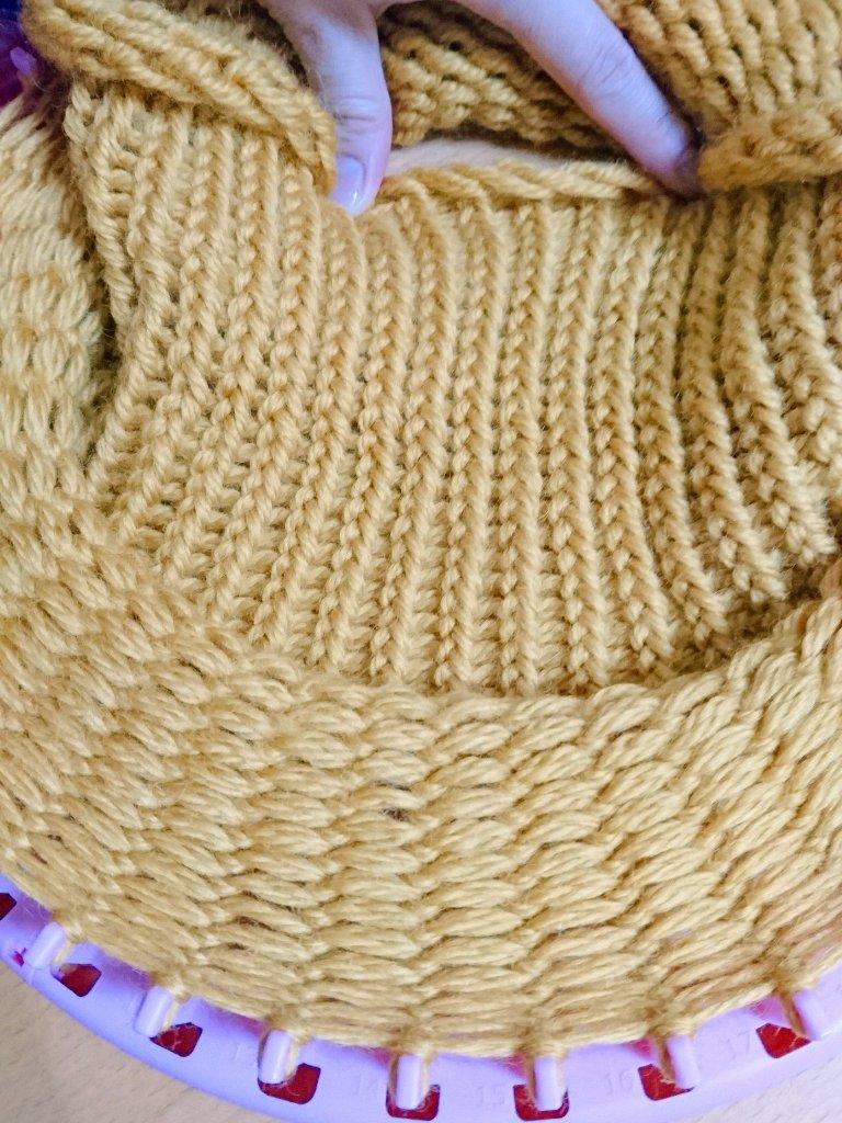 test ツイッターメディア - 40段編みました。 約25cm。 毛糸はもう少しで無くなりそう。  本来は途中からかぶり口を作るのですが、最後に縫うデザインに変えました??  説明通りに作る人は、20段編んでかぶり口を作って下さいね~??  #ニット帽メーカー #セリア https://t.co/egZVuU0j6e