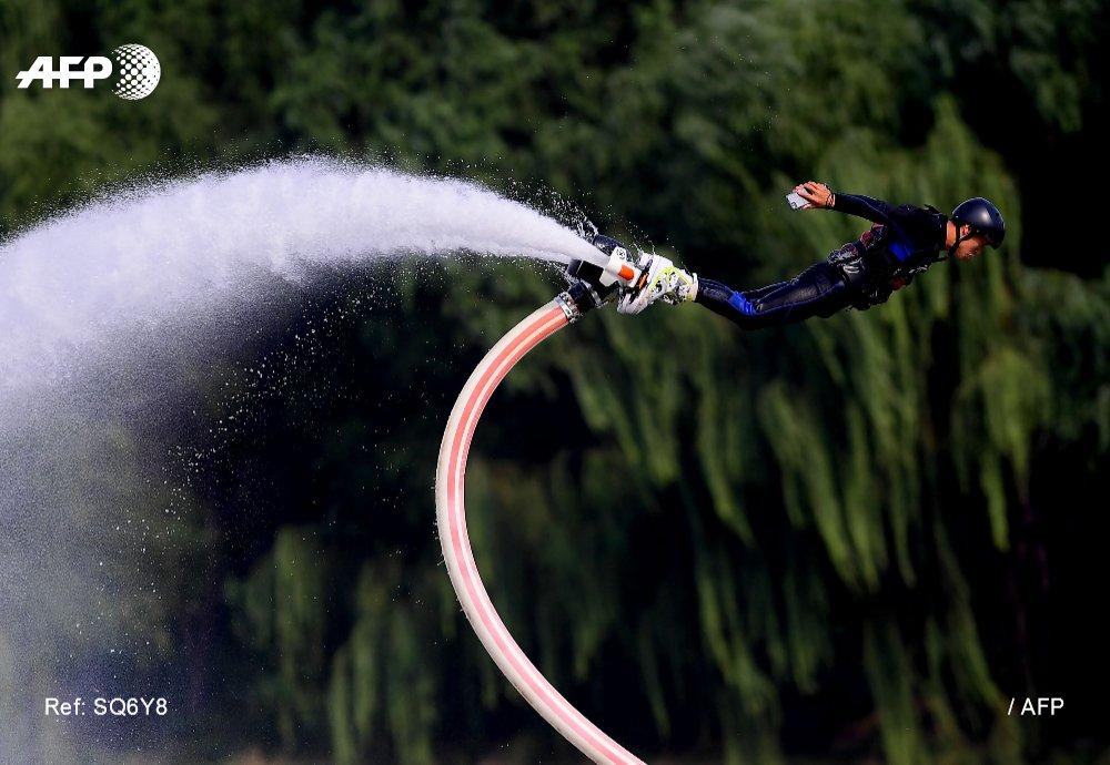 #instantané Un homme propulsé par un flyboard au parc olympique de Shenyang en Chine 📷 #AFP