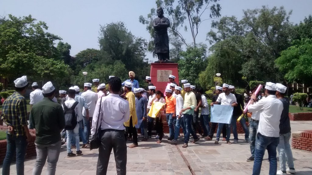#DU : #AAP&#39;s students wing #CYSS stands with #BHU girls, raising their voice. Reports @katyaupreti<br>http://pic.twitter.com/Q8Fgupu6G4