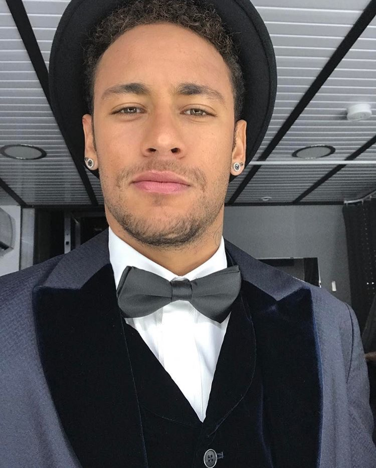 Avec son contrat le liant au #PSG, Neymar touche plus de 100.000€ par jour, soit 4100€ par heure. (Der Spiegel, #Football Leak)