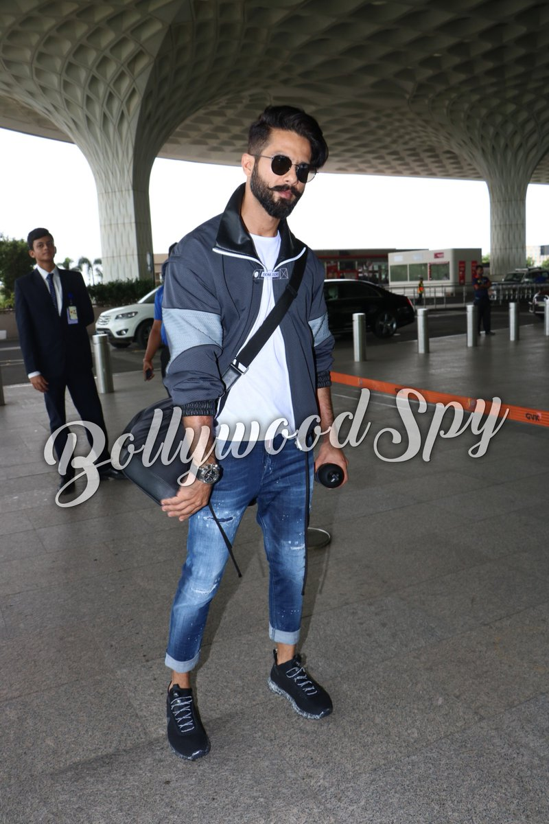 Wov!!! His #Personality Captures The #Heart  #Handsome#Cute  #ShahidKapoor The #MahaRawalRatanSingh Of #Padmavati Spotted At #Airport<br>http://pic.twitter.com/oXcEcuwD8O