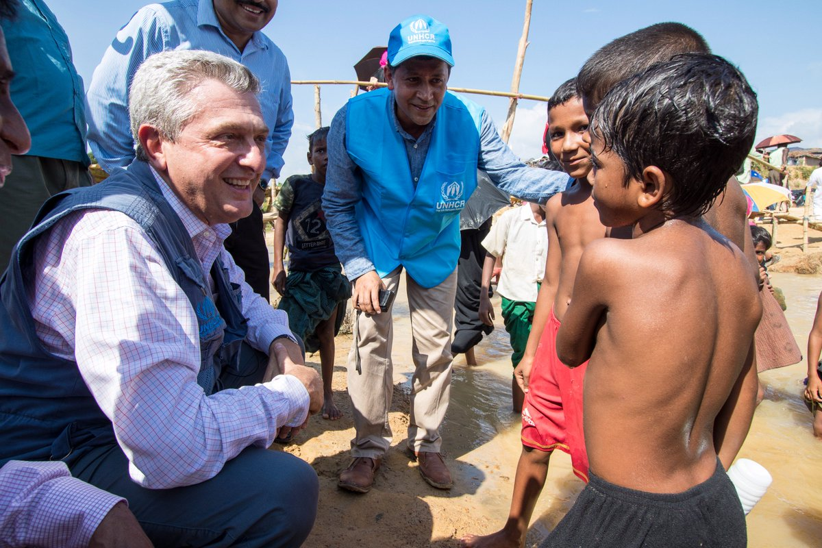 .@RefugeesChief meets with young #Rohingya #refugees in Bangladesh over the weekend. More than 400k need aid now:  http:// bit.ly/2xYjRsI  &nbsp;  <br>http://pic.twitter.com/9WmHKmcEtg