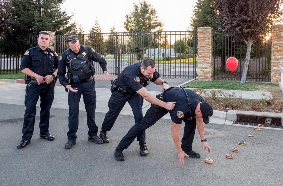 Pennywise lures California officers in funny viral photo https://t.co/on3p0BTuAW