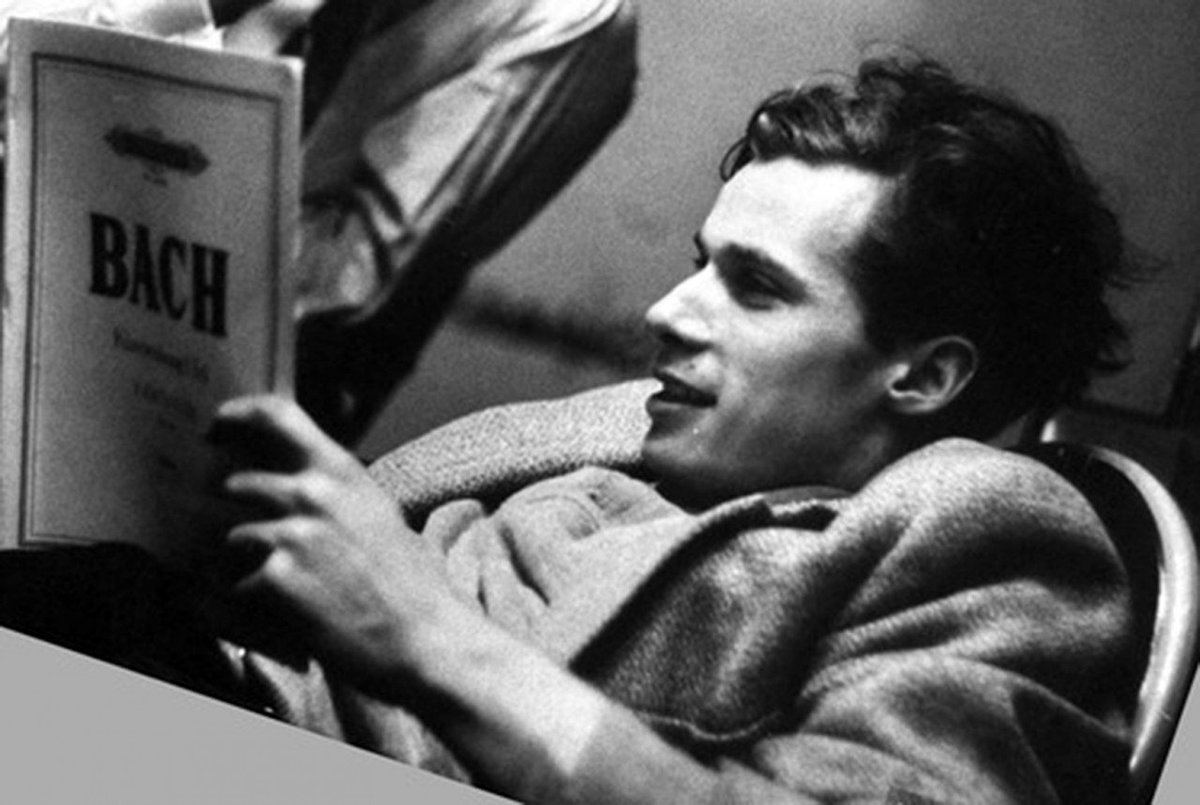 Glenn Gould would have been 85 years old today.  https://www. youtube.com/watch?v=eZCSOd i19jQ &nbsp; …  #glenngould #birthday #classicalmusic <br>http://pic.twitter.com/d0nDjNXat1