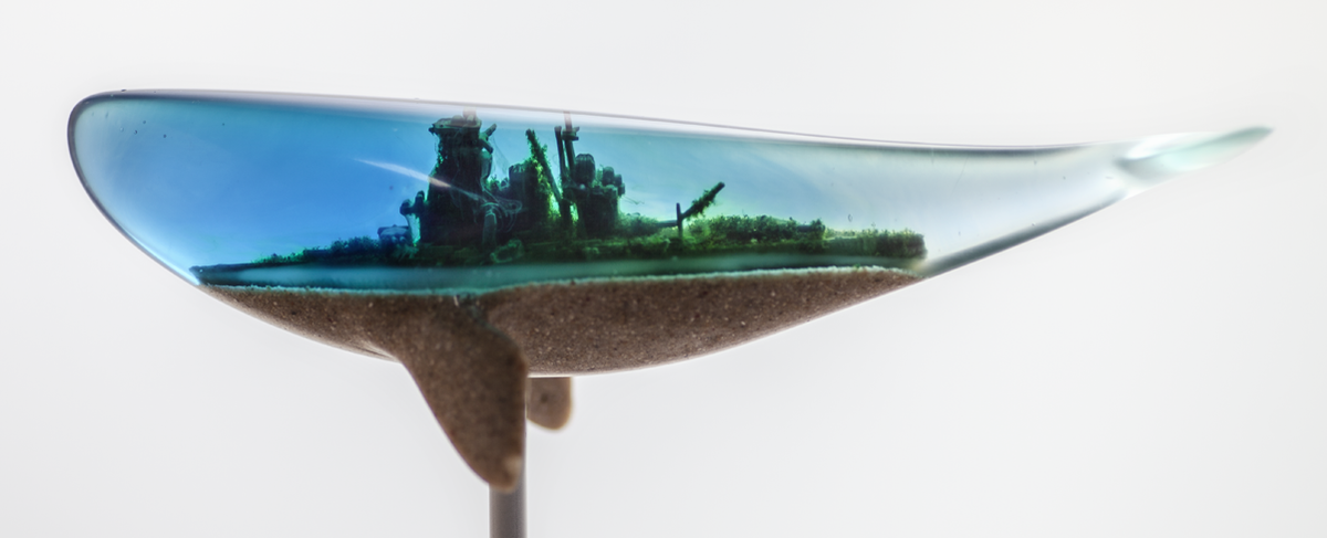 沈没した軍艦が鯨の姿となって母港へ還る「帰港」。山田勇魚(@yamadaisana)さんの大きさ20cmほどの立体作品。船の朽ち果て感が水没した街の廃墟のようにも思えて、さらに物語が込められていそうで堪らなく良いです。