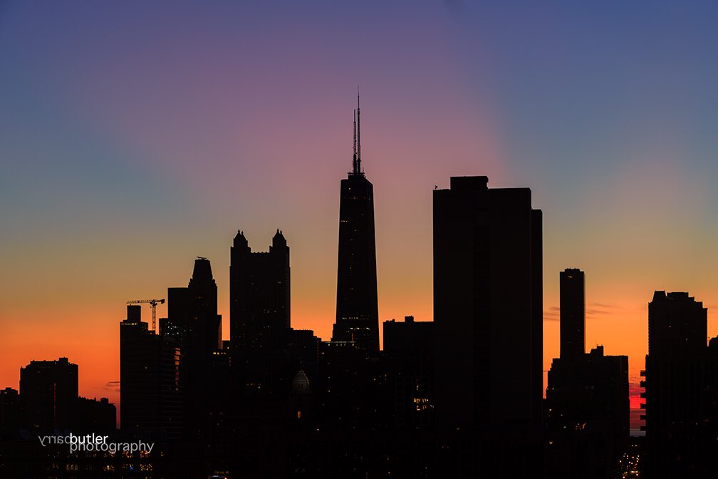 Monday Morning&#39;s Twilight, Virtually Cloudless but filled with Pink, Orange and Blue Colors. #weather #news #ilwx #chicago<br>http://pic.twitter.com/Bl3m9JegV3