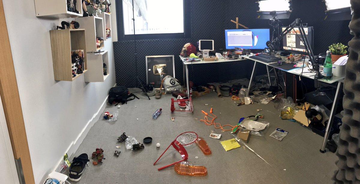 Stop. Arrêtez tout. Prenons un moment pour parler de l'état de mon bureau après le tournage d'aujourd'hui...