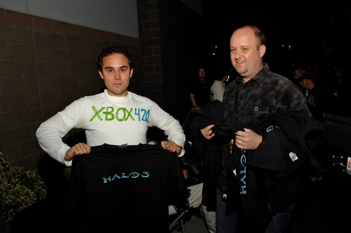 One more photo from the Halo 3 midnight madness launch archives - here&#39;s @aarongreenberg making it rain swag for fans in line. #Believe <br>http://pic.twitter.com/jskge2BSDh