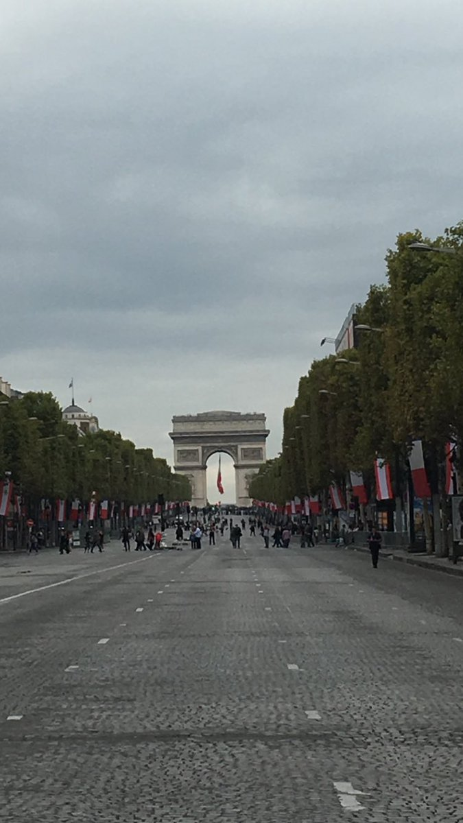 walking out + abt when suddenly: #ChampsÉlysées <br>http://pic.twitter.com/0Yy4YaZjtB