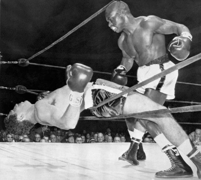Rubin &quot;Hurricane&quot; Carter punches Florentino Fernández through the ropes in the 1st round in 1962 #boxing #history <br>http://pic.twitter.com/mSDfW7UQNJ