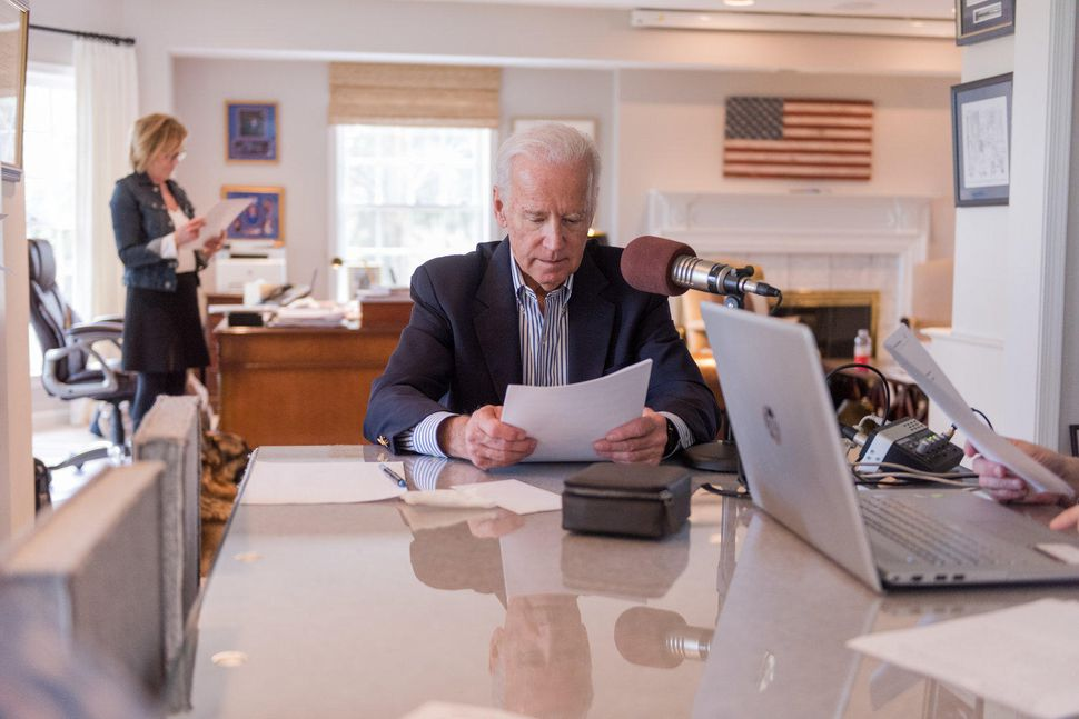 @JoeBiden is now a podcaster https://t.co/6vLCurVqHh https://t.co/XDFxu0t8rp