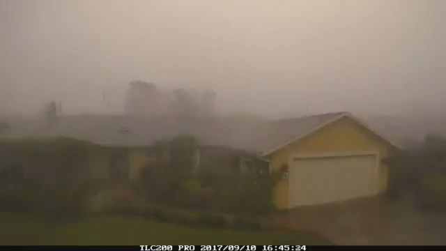 VIDEO: Time lapse shows #hurricaneirma2017 roaring ashore in Florida. 🏡🌀 https://t.co/qPEKCBsdzl