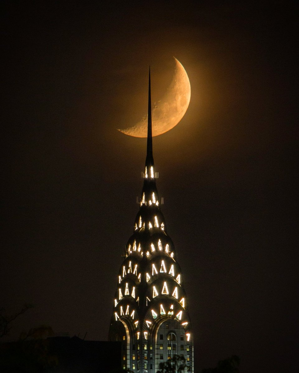 The Chrysler Building&#39;s spire piercing tonight&#39;s moonset #NYC <br>http://pic.twitter.com/U0wblGhDQH