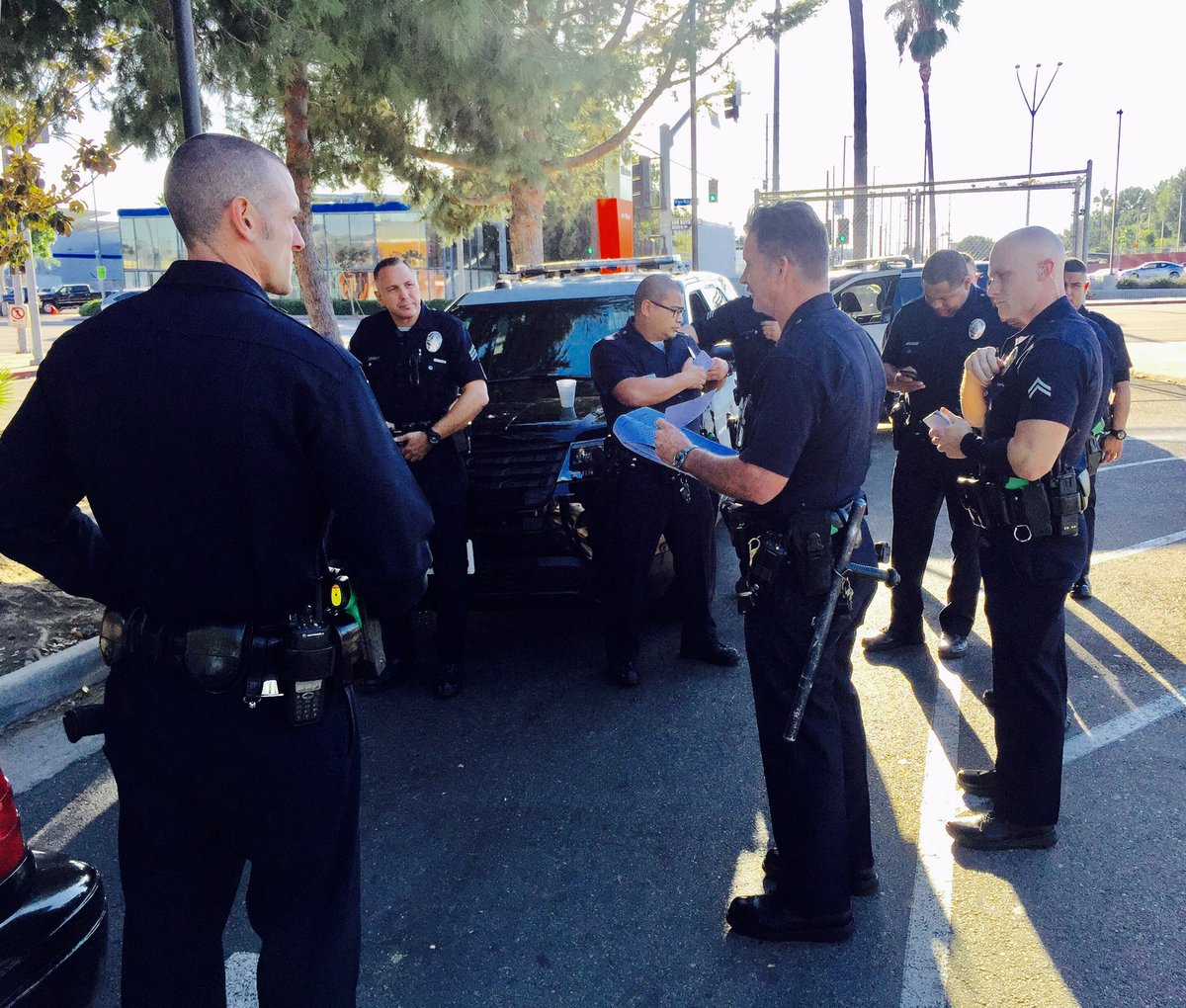 Taking our Roll Calls to the St. @lapdVanNuysDiv Van Nuys &amp; Busway #visibility #community #itswhatwedo @LAPDVanNuysCPAB @911LAPD @LAPDHQ<br>http://pic.twitter.com/KIUfqv1i96