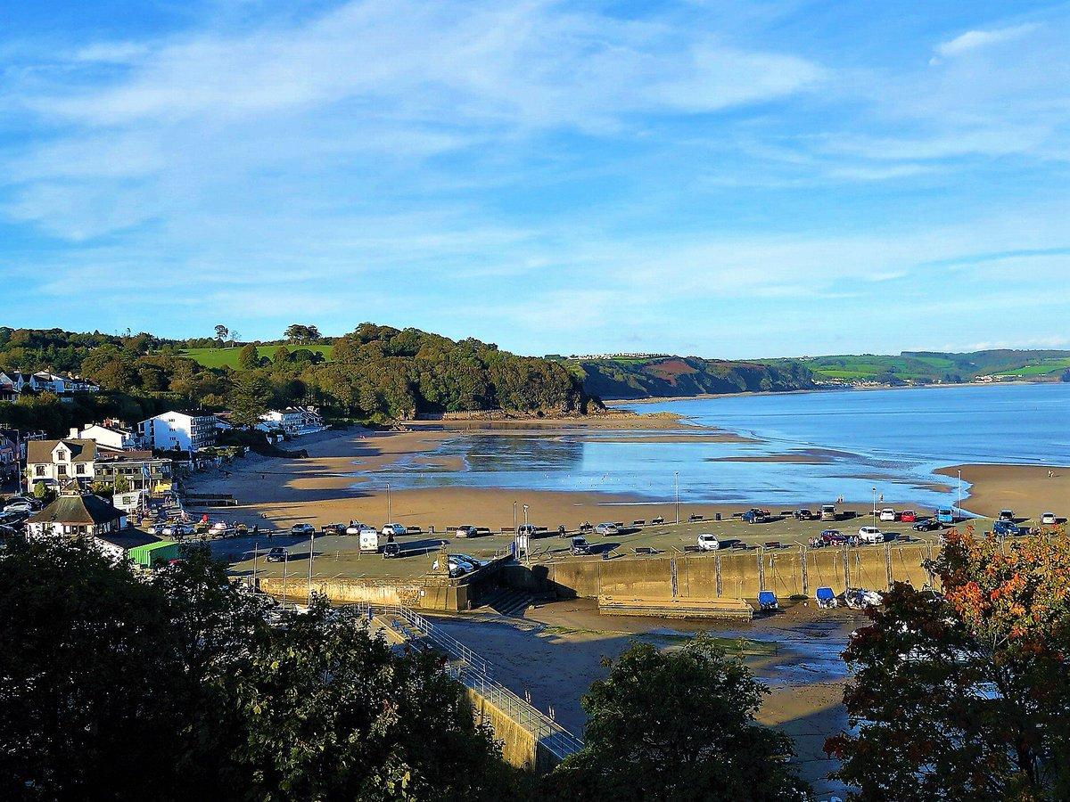 Glimpses of copper and gold in the #trees and a glorious autumn sun-kissed day in Saundersfoot. @ItsYourWales @ruthwignall @EarthandClouds<br>http://pic.twitter.com/vzfKFarfKb