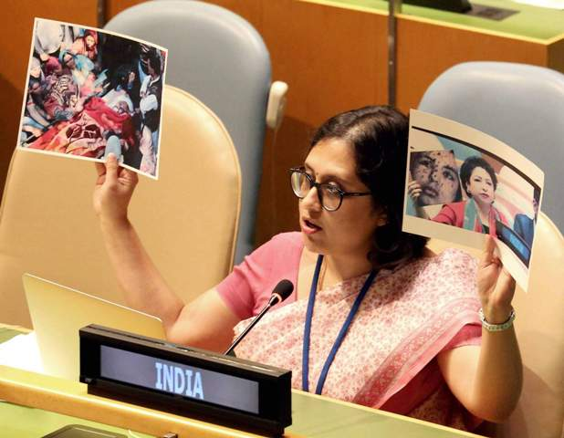 After Pak's fake photo attempt, India exposes #Pakistan at #UNGA  with picture of #UmarFayaz   http://www. abplive.in/india-news/aft er-paks-fake-photo-attempt-india-exposes-pakistan-at-un-with-picture-of-umar-fayaz-584909 &nbsp; … <br>http://pic.twitter.com/5VFpXwgcWw