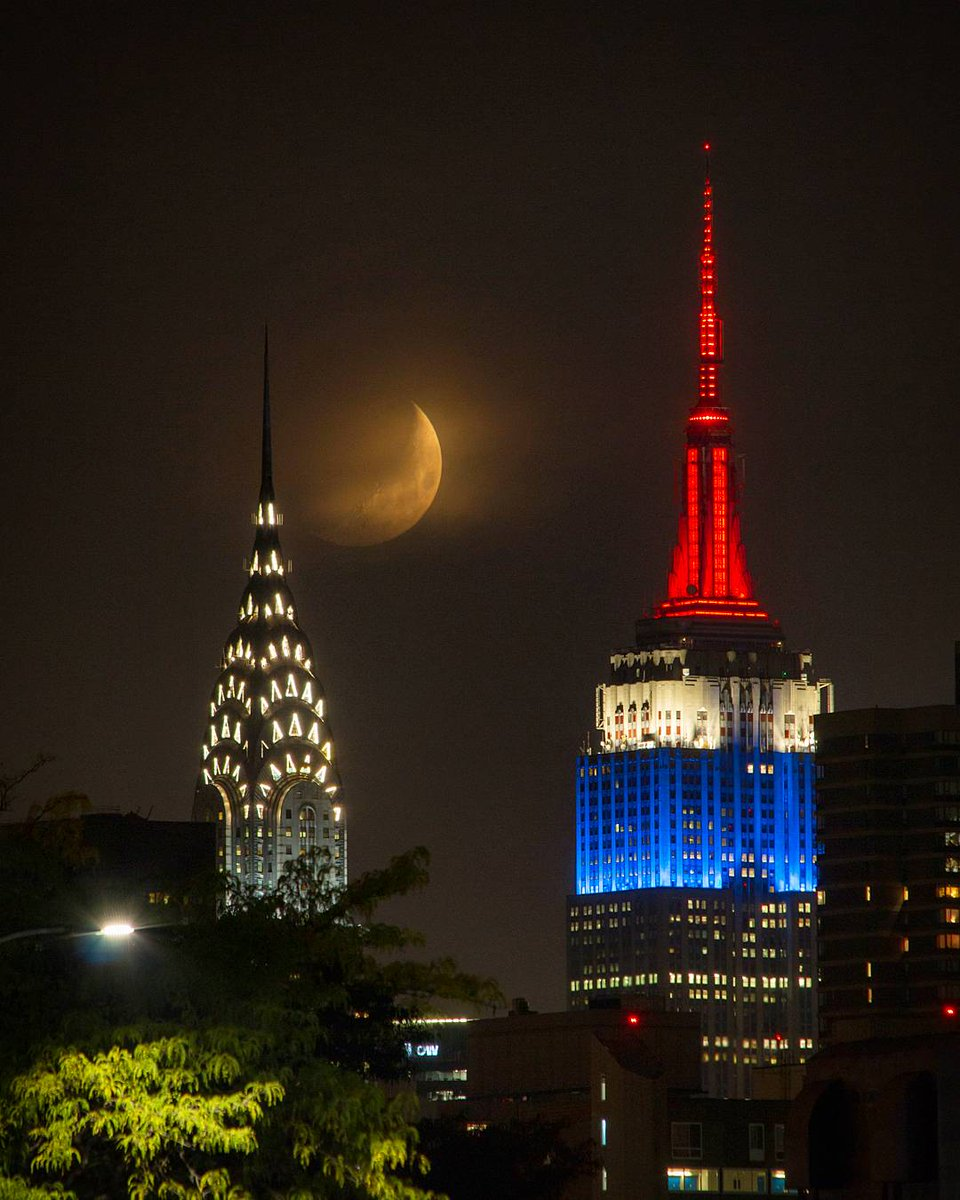 The moon over Manhattan caught between the Chrysler and Empire State Building #NYC <br>http://pic.twitter.com/zdYCWBMzmg