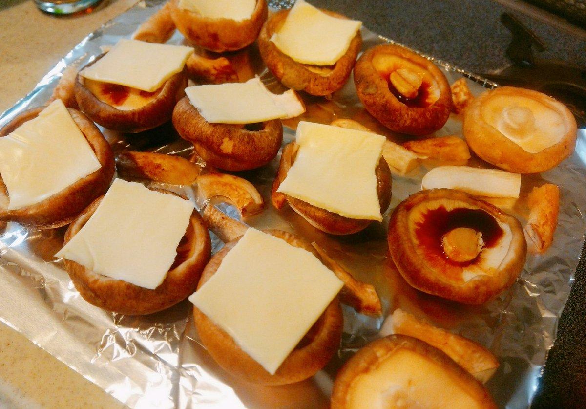 椎茸に醤油ちびっと垂らしてとろけるスライスチーズ乗っけてオーブンでてけと~に焼いたやつべらぼうに美味いから全人類に知ってほしい
