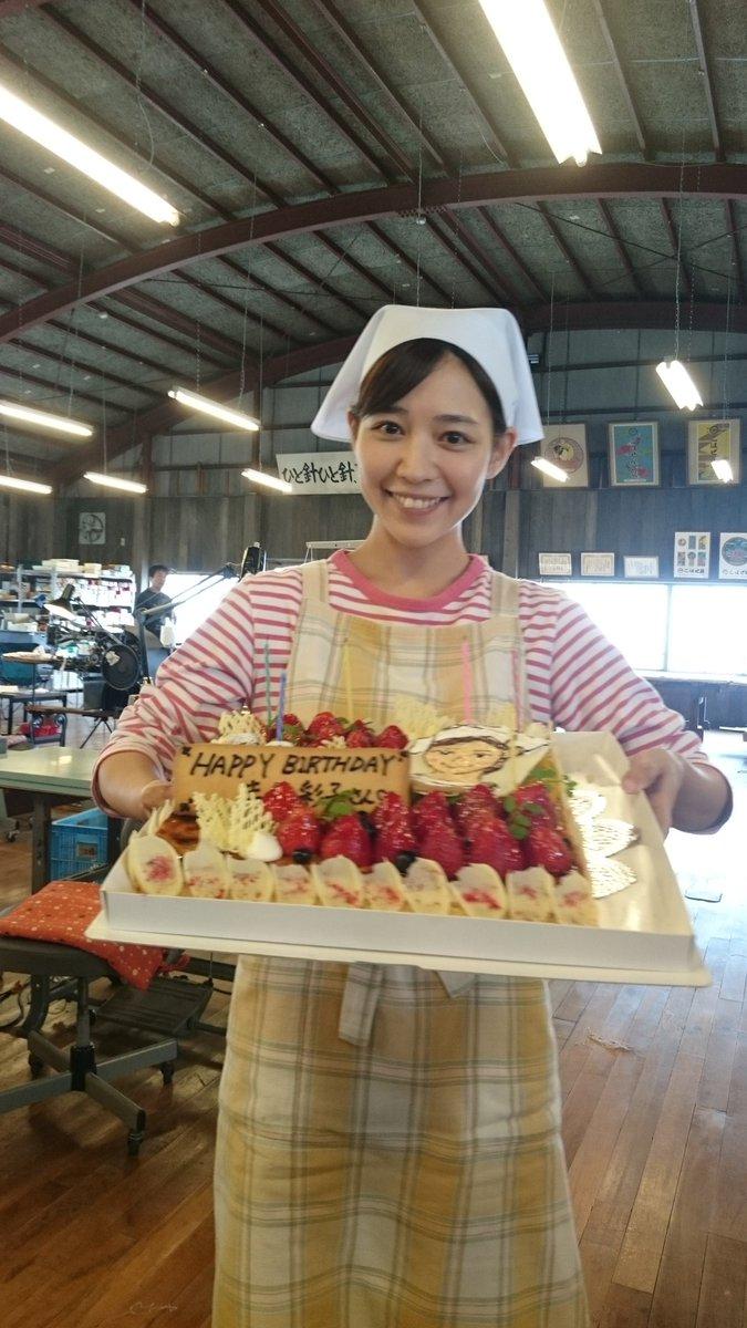 誕生日ケーキをもつ吉谷彩子