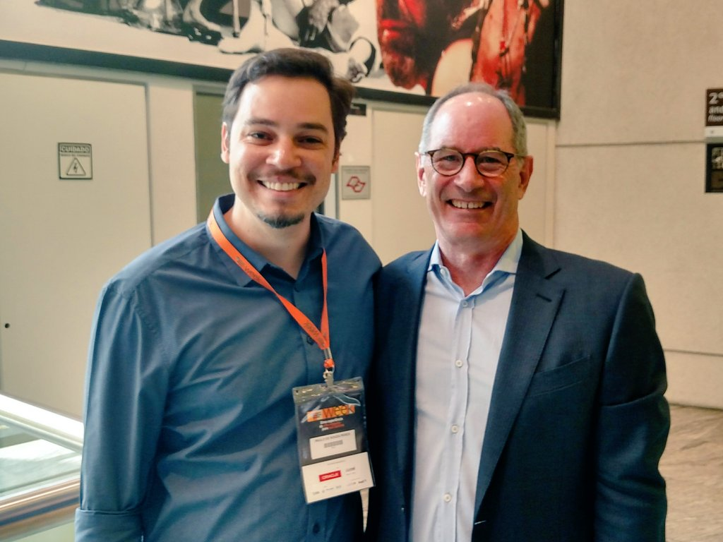 Admiring @RogerLMartin (and your thoughts), and winning an autograph #strategy #designthinking<br>http://pic.twitter.com/mLLe2woXXl