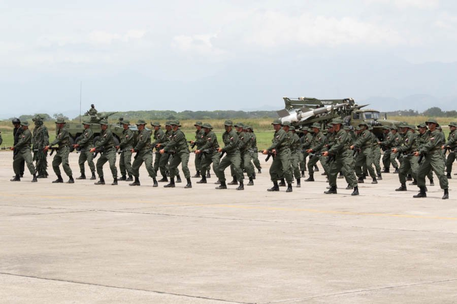 CEOFANB condecora a Maduro con la Cruz del Comando Estratégico Operacional