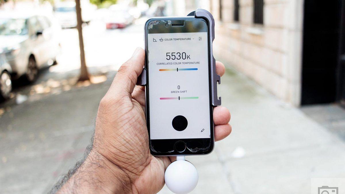 摄影师好助手,插在 iPhone 上的入射式测光表,还能测色温。299 美元,比专业测光表便宜多啦。注:这是入射式测光表,相机自带的是反射式测光表,用法不同 // Lumu Power Color and Light Meter https://t.co/kZ2iJr55bt https://t.co/Oz9qBunClF 1